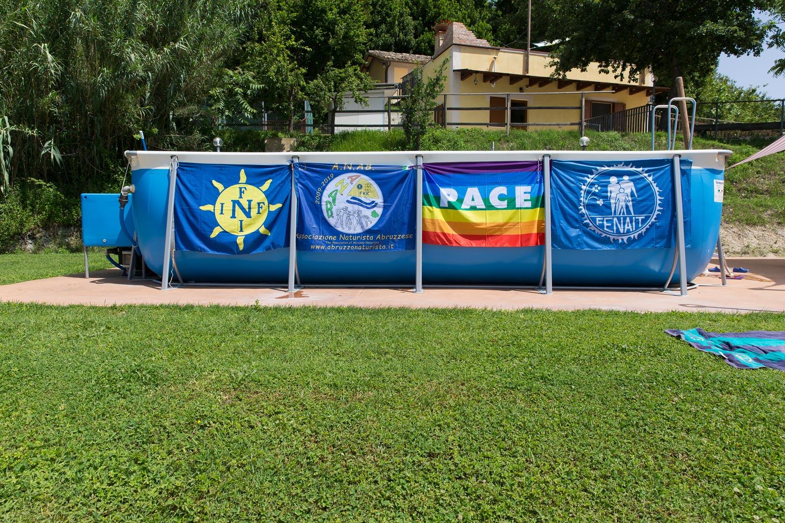 sorgente-naturismo-piscina-bandiere